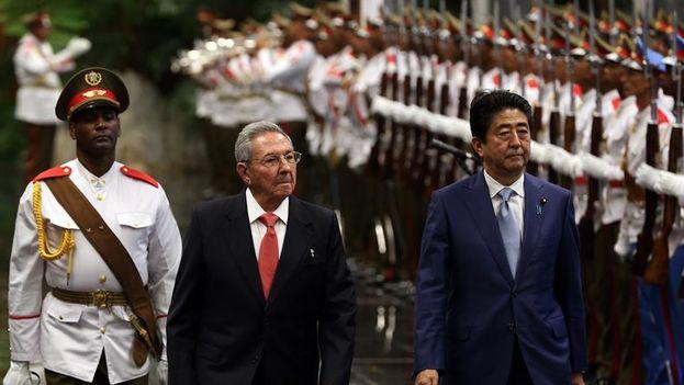 Raúl Castro y Shinzo Abe pasan revista a las tropas formadas para la ceremonia de oficial de recibimiento en el Palacio de la Revolución. (EFE/Alejandro Ernesto)