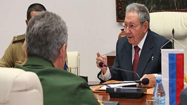 Raúl Castro junto a Serguéi Shoigu en La Habana. (Cubanet)