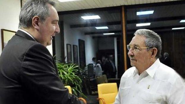 """El """"cordial encuentro"""" entre Castro y el viceprimer ministro ruso se produjo este jueves durante la visita oficial de Rogozin, al frente de la delegación de su país. (Twitter)"""