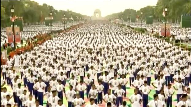 Centenar de jóvenes practicando yoga en Nueva Delhi