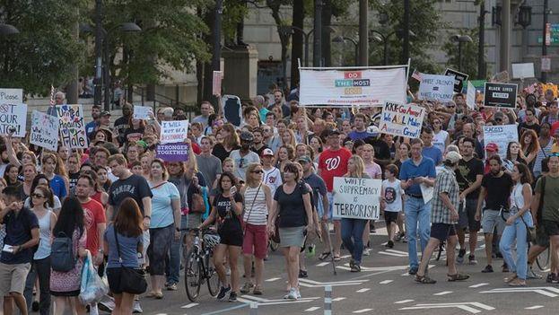 Centenares de personas pasearon por la Avenida Pennsylvania para rechazar la violencia de los racistas y recordar a las víctimas del atentado. (EFE/EPA/Michael Reynolds)