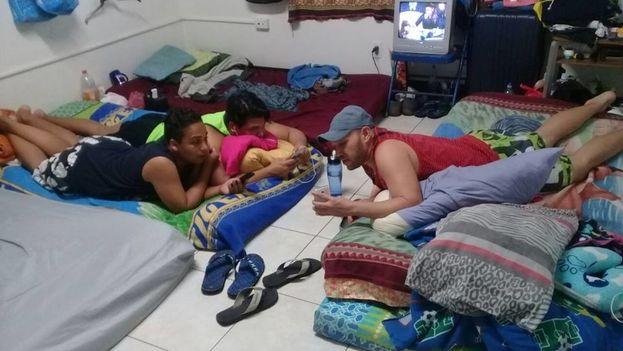 Centenares de cubanos se encuentran varados en Panamá tras el fin de la política pies secos/pies mojados. (Cortesía)