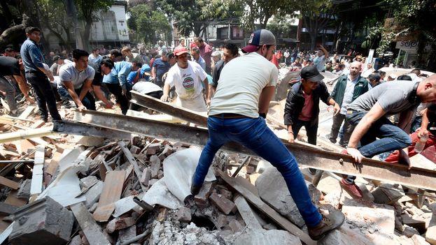 Centenares de personas intentan encontrar a los sobrevivientes entre los escombros tras el fuerte terremoto en el Centro de México. (Twitter)