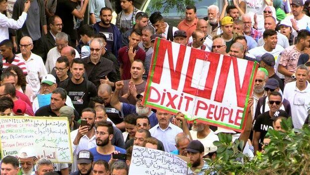 Cerca de tres mil personas salieron a manifestarse contra el régimen castrense que lidera el jefe del Ejército, general Ahmed Gaïd Salah. (EFE)