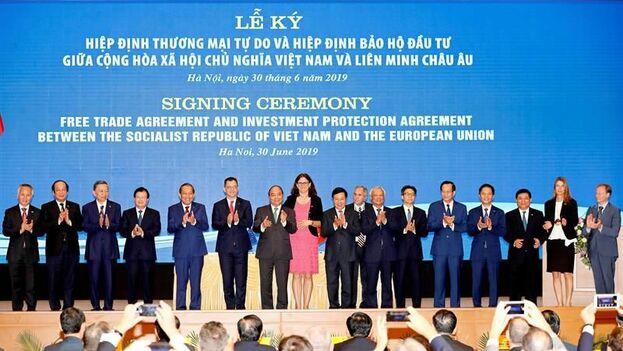 Ceremonia para la firma del acuerdo comercial entre Vietnam y la Unión Europea. (EFE)