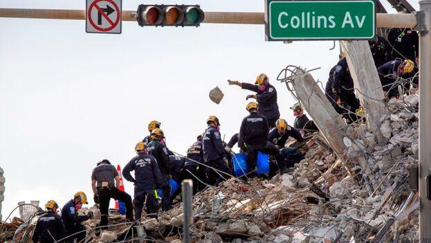 Los servicios de rescate trabajan en las ruinas del edificio Champlain Towers South, en Miami-Dade, después de que fuese demolido totalmente la pasada noche. (EFE)