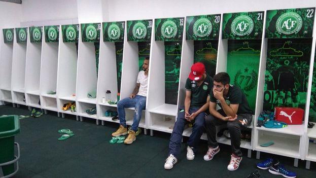 Los jugadores del Chapecoense que no estaban convocados, desolados en los vestuarios tras saber que la mayoría de sus compañeros han fallecido. (Twitter)