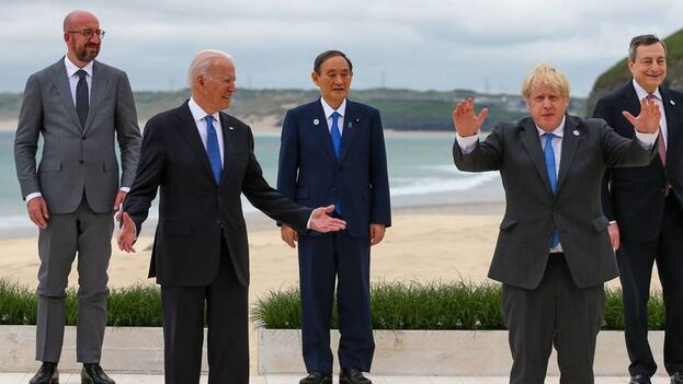 Charles Michel, Joe Biden, Yosihide Suga, Boris Johnson y Mario Draghi participan en la cumbre de Carbis Bay, en el Reino Unido. (EFE)