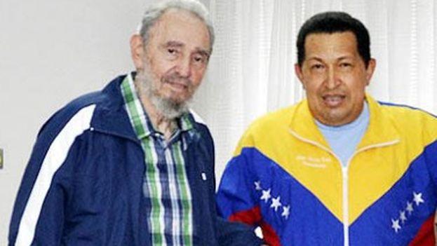 Hugo Chávez junto a Fidel y Raúl Castro en verano de 2011 en Cuba. (EFE)