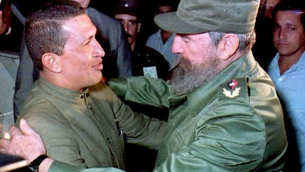 Hugo Chávez y Fidel Castro en La Habana en 1994. (EFE)