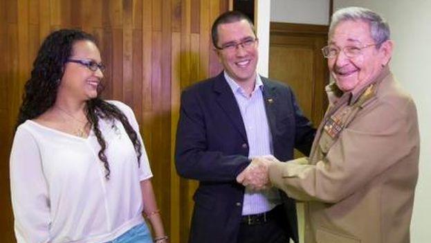 María Virginia Chávez, hija de Hugo Chávez, y su esposo, Jorge Arreaza, vicepresidente de Venezuela, con Raúl Castro en La Habana. (Ministerio del Poder Popular para Relaciones Exteriores)