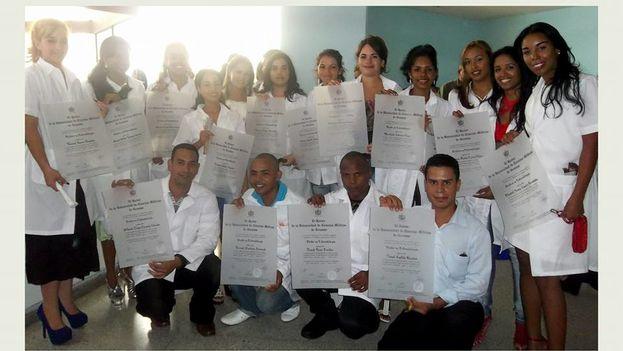 Elisabet Casero (derecha) desertó un día antes de que Estados Unidos eliminara el programa Cuban Medical Professional Parole. (Cortesía)