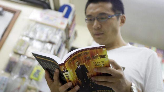 """Un curioso ojea el libro """"El mejor actor de China: Wen Jiabao"""", escrito por el disidente chino Yu Jie, en una librería de Hong Kong (EFE)"""