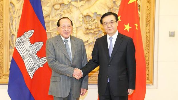 El ministro de comercio chino Gao Hucheng en un encuentro con el primer ministro camboyano, Hor Namhong (mofcom.gov.cn)