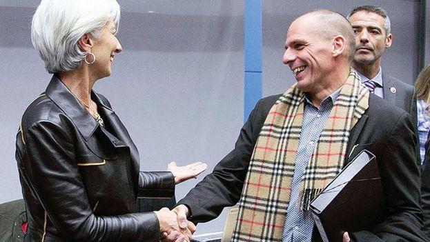 Christine Lagarde y Yanis Varufakis se saludan al comienzo de una reunión en febrero, antes de que las relaciones se tensaran