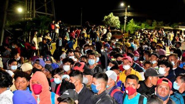 Cientos de hondureños se preparan para partir en la Gran Central Metropolitana de San Pedro Sula, Honduras. (EFE/José Valle)
