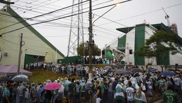 Cientos de aficionados del club brasileño Chapecoense en el estadio arena Conda en Chapeco donde se celebrará el funeral de los jugadores y miembros del equipo técnico del club Chapecoense muertos en el accidente aéreo. (EFE)