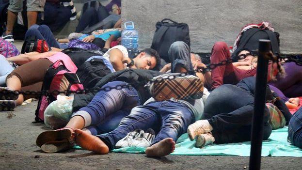 Cientos de cubanos siguen varados en la frontera de Costa Rica mientras Nicaragua les niega la entrada para seguir hacia el norte. (EFE/Álvaro Sánchez)