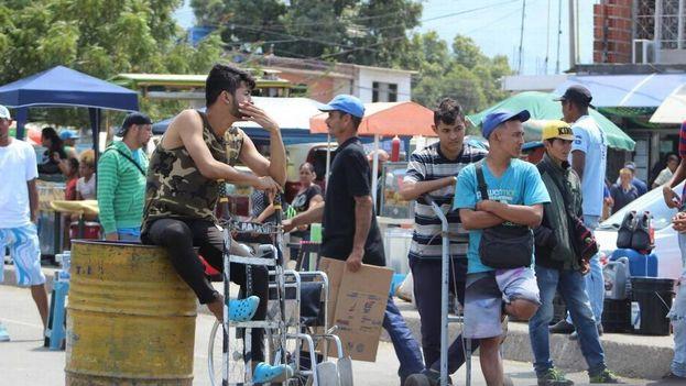 Cientos de venezolanos se ganan la vida en las calles de Cúcuta transportando maletas de sus coterráneos que abandonan Venezuela. (14ymedio)