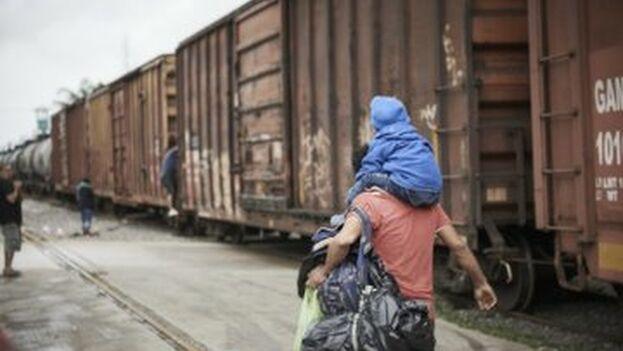 Cientos de migrantes esperan en la frontera de México con EE UU para cruzar. (@MSF_Espana)