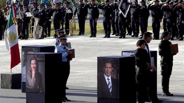 Cientos de habitantes, junto con la clase política local y nacional, despidieron las cenizas de la gobernadora y su esposo y senador, ambos del derechista Partido Acción Nacional (PAN). (EFE/Hilda Ríos)