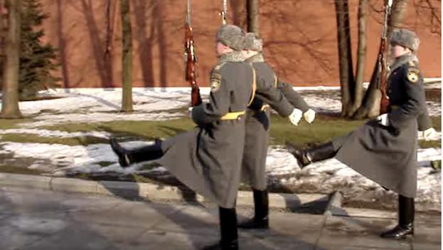 Cientos de personas se suelen congregar cada sábado para admirar las ceremonias de cambio de guardia, que se llevan a cabo en la Plaza de las Catedrales, en Moscú. (Captura)