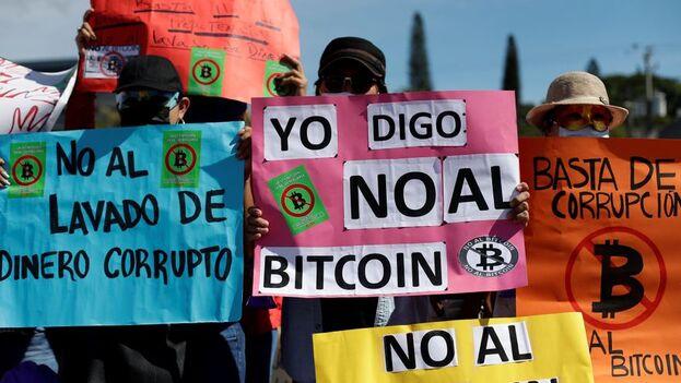 Cientos de salvadoreños que salieron a las principales calles de San Salvador para rechazar la implementación del criptoactivo como forma de pago. (EFE)