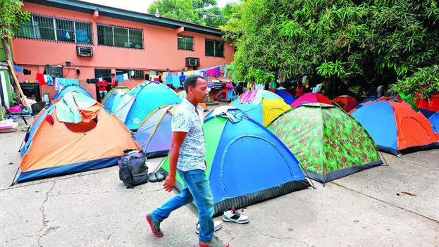 Cientos de cubanos pernoctan en carpas a las afueras de las instalaciones de Cáritas Panamá que apenas dan abasto para acoger a los varados. (La Prensa)