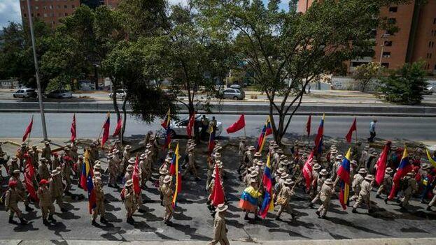 Cientos de milicianos participan el lunes 12 de febrero en una manifestación de Gobierno, en Caracas. (EFE)