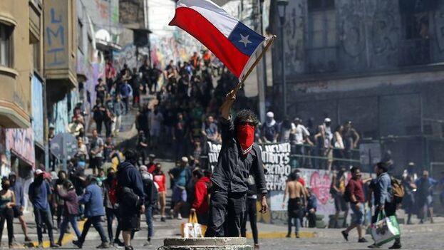 Cientos de miles de personas siguen manifestándose en Chile contra el presidente Piñera. (EFE)