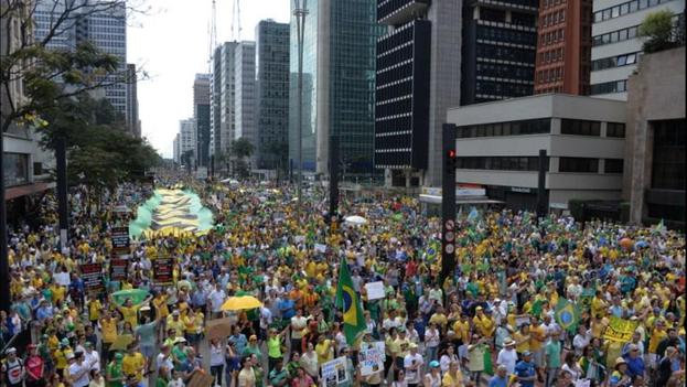 Cientos de miles de manifestantes salen a las calles de Brasil para protestar en contra de la corrupción. (Twitter/Telenoticias)