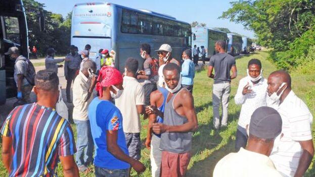 Cientos de migrantes haitianos son trasladados en el oriente de Cuba, en octubre de 2021. (Granma)