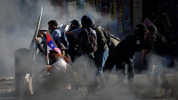 Cientos de personas tuvieron que ser dispersadas con el lanzamiento de agua y gas lacrimógeno por las fuerzas del orden.