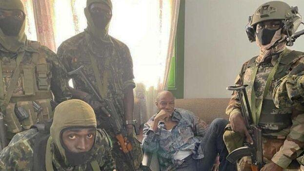 Circula una foto del presidente de Guinea, Alpha Condé, presuntamente detenido por los militares. (EFE)