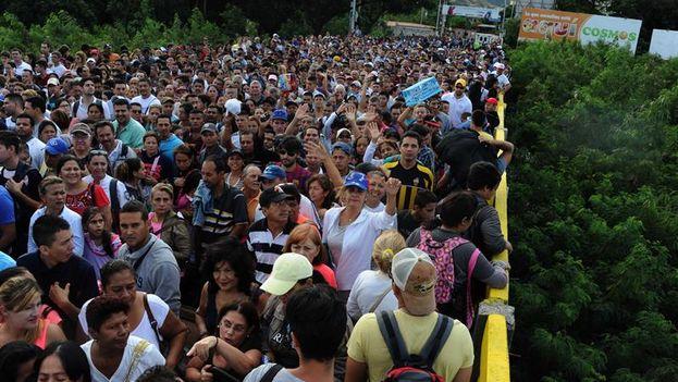 Ciudadanos venezolanos cruzan el puente fronterizo Simón Bolívar, en San Antonio del Táchira hacia Colombia. (EFE/Gabriel Barrero)