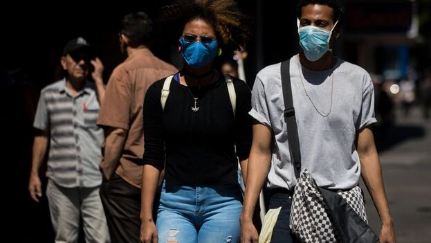 Ciudadanos caminan con tapabocas por las calles de Caracas, Venezuela. (EFE/Miguel Gutiérrez/Archivo)
