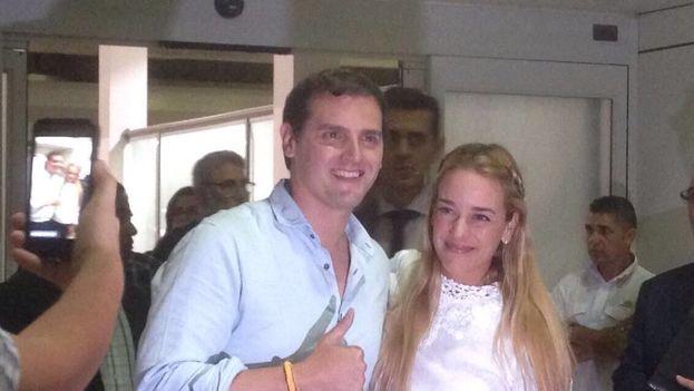 El líder del partido español Ciudadanos, Albert Rivera, con Lilian Tintori en Caracas. (Twitter)