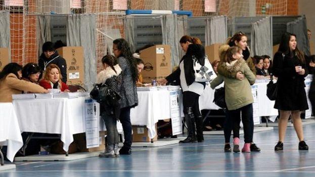 Ciudadanos ecuatorianos depositan su voto en una mesa instalada en el Pabellón Polideportivo de la Universidad Politécnica de Valencia, Ecuador. (EFE)