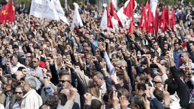 Ciudadanos turcos levantan sus puños para homenajear a las víctimas del atentado de ayer en Ankara,Turquía (Foto EFE)
