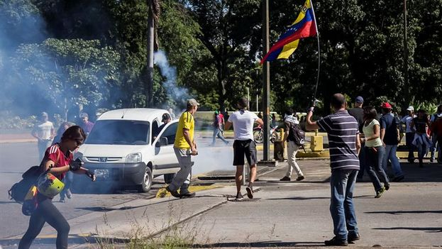 Ciudadanos venezolanos manifestando su apoyo al grupo de militares que se sublevó contra el Gobierno del presidente venezolano, Nicolás Maduro, el pasado fin de semana. (EFE)