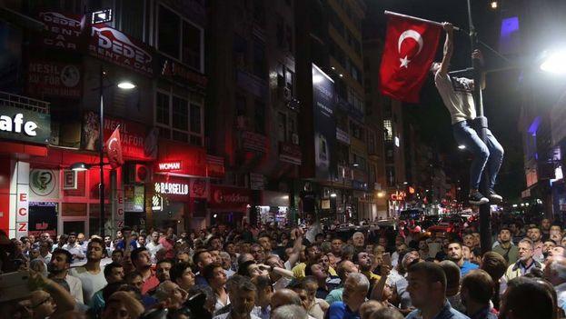 Ciudadanos turcos en las calles después del golpe militar. (Twitter)