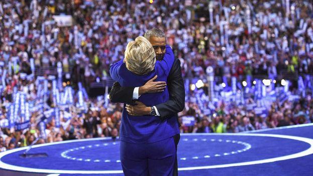 Hillary Clinton se abraza a Barack Obama este miércoles tras el discurso del presidente de EE UU en la convención del Partido Demócrata. (@HillaryClinton)