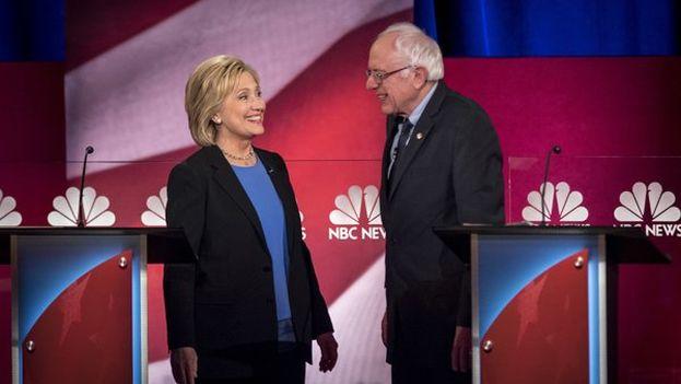Clinton y Sanders se saludan al comienzo del debate demócrata este jueves. (NBC News)
