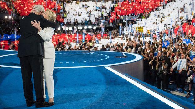 El equipo de Clinton publicó en twitter esta imagen con el texto: La próxima presidenta y su marido. (@HillaryClinton)
