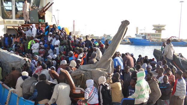 La mayoría de los 5.000 migrantes irregulares que han llegado a Italia el pasado fin de semana salieron de Libia a bordo de embarcaciones inadecuadas para cruzar el mar Mediterráneo. Ya son más de 43.000 los que han desembarcado este año en Sicilia