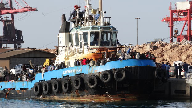Los guardacostas libios interceptan todos los días varias lanchas cargadas de migrantes, que huyen de la pobreza o de la violencia en sus países de origen. Muchos mueren en el intento: unos 2.000 se han ahogado en los últimos cinco meses
