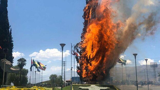 Un pino ardió en una plaza de Cochabamba entre las protestas que dividen el país desde que se celebraron elecciones. (David Ovando)