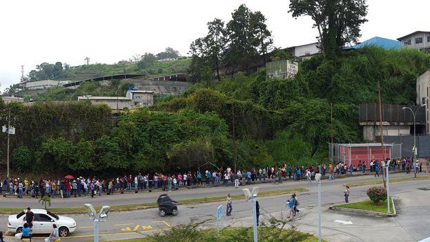 Cola para comprar en Caracas.