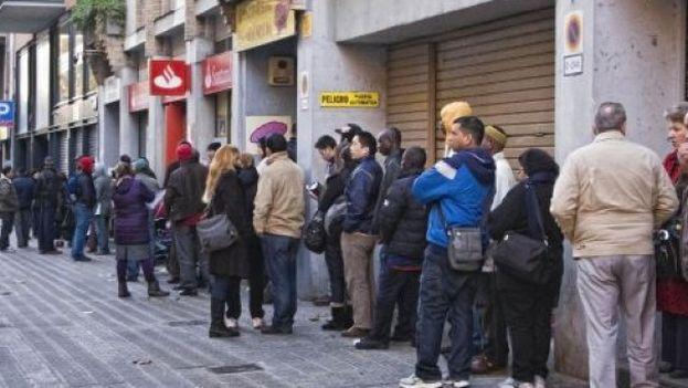 Cola ante la oficina de Extranjería en Barcelona. (EFE)