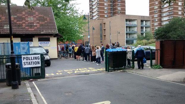 Colas a primera hora de la mañana en los colegios electorales de Londres. (@sirvientes)